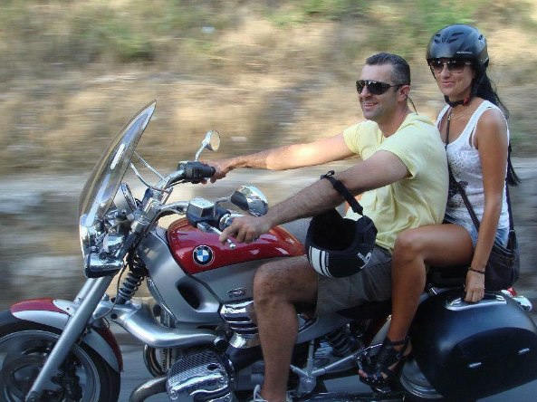 Μείνετε δροσεροί στον καύσωνα! A-photograph-showing-a-couple-riding-a-bmw-motorcycle-while-only-wearing-shorts-and-a-t-shirt-and-not-wearing-a-helmet-or-even-motorcycle-boots
